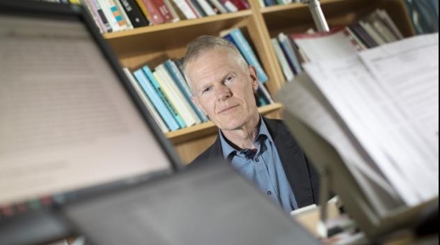 Fotografi på Mats Edenius på hans arbetsrum.
