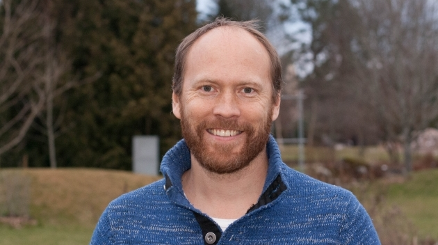 Personporträtt på Pär Nyström fotograferat utomhus.
