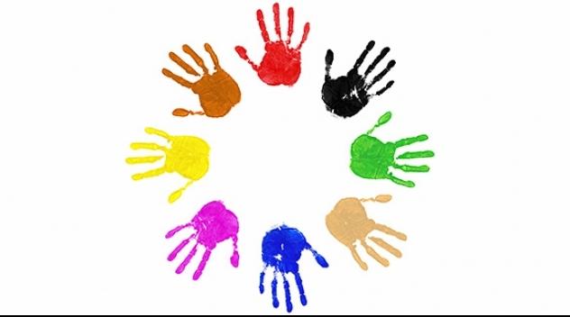 Fotografi på avtryck av barnhänder i olika färger formade i en cirkel.