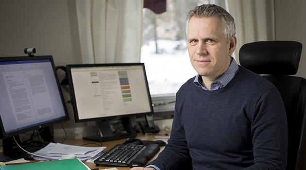 Fotografi på Olof Åslund på hans tjänsterum.