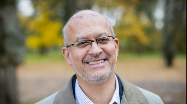 Personporträtt på Mohammad Fazlhashemi utomhus.