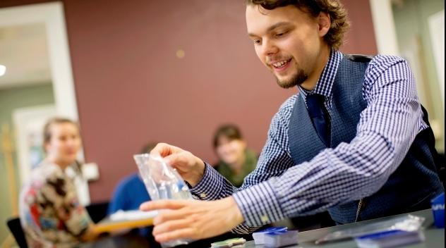 Studenten Olof Blomqvist demonstrerar sitt brädspel Historia.