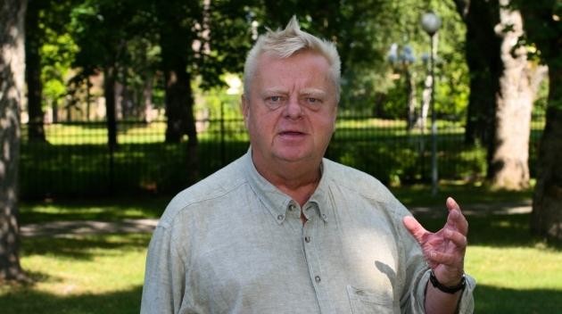 Personporträtt på Anders Berglund fotograferat utomhus.