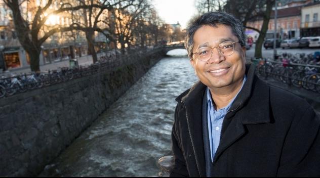 Personfotografi på Ashok Swain framför Fyrisån.