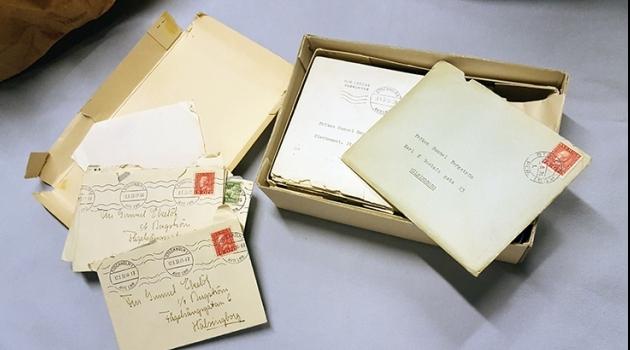 en öppnad papplåda med en bunt brev i, adresserade till Gunnel Bergström