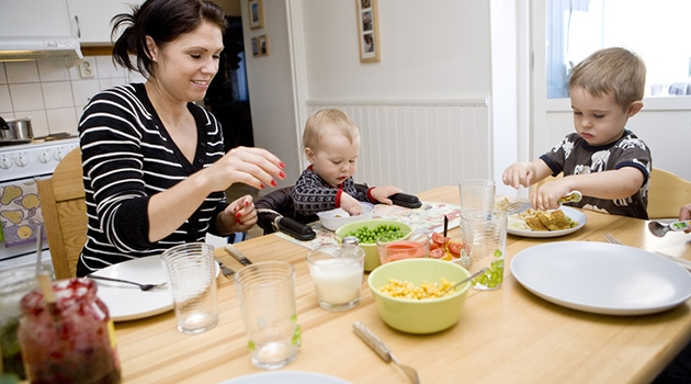 Fotografi på familj som äter middag.
