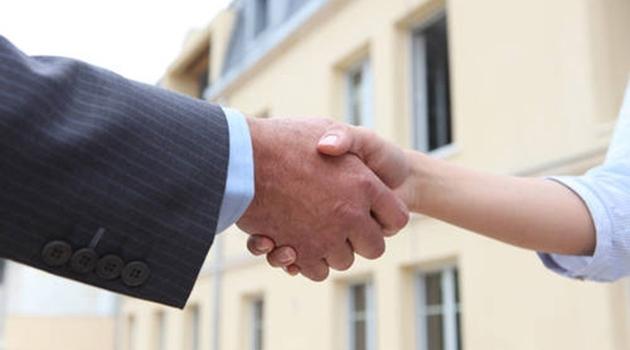 Närbild på en mans och en kvinnas händer som skakar hand.