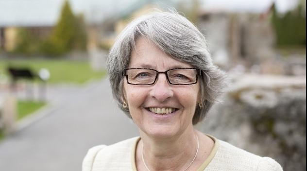 Personporträtt på Elisabeth Nihlfors fotograferat utomhus.