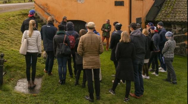 Fotografi med studenter samlade utanför Vallonsmedjan i Österbybruk.
