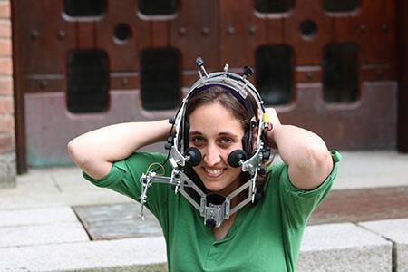 Fotografi på Fabienne Westerberg med headsetet på huvudet.