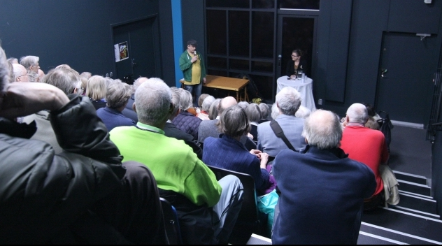 Fotografi från stora hörsalen i Gottsund kulturhus med publiken i förgrunden.