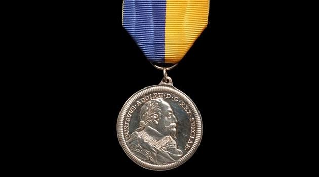 Den äldre Gustaf Adolf-medaljen i silver.