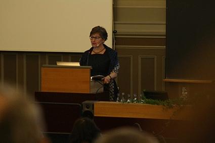 Kerstin Sahlin, professor i företagsekonomi, föreläser.