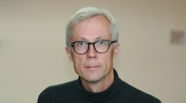 Personporträtt på Lars Olsson fotograferat inomhus.
