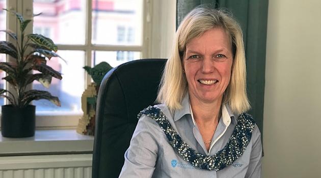 Fotografi på Ingela Nyström i hennes tjänsterum.