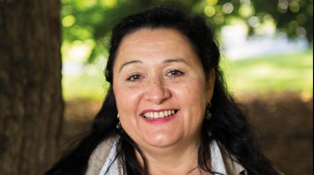 Personporträtt på Irene Molina utomhus.