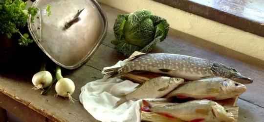 Dukat bord med fisk, inspirerat av kosten på Linnés tid.