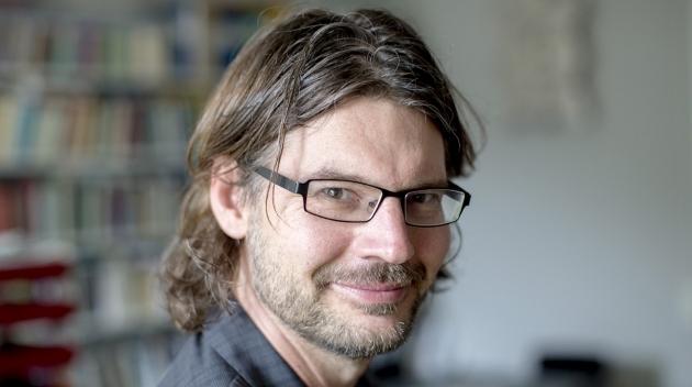 Personporträtt på Mattias Martinson fotograferat inomhus.