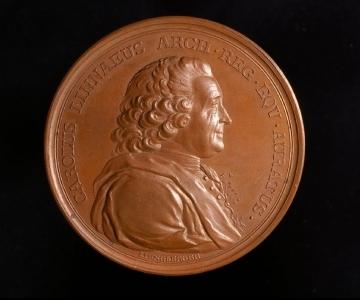 Medalj som visar Linné i profil.