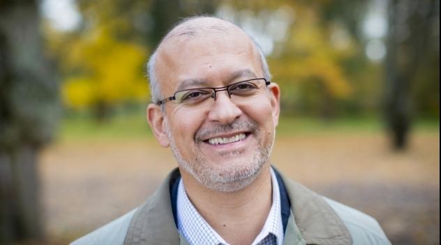 Porträtt på Mohammad Fazlhashemi fotograferat utomhus.
