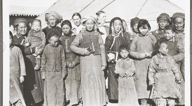 Foto från samlingen som visar kvinnor och barn från Mongoliet.