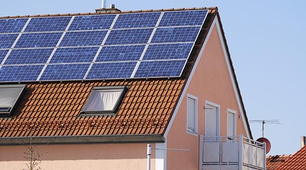 Fotografi på flerfamiljshus med solceller.