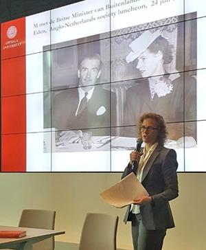 Fotografi på Susanna Erlandsson framför en poerpointbild.