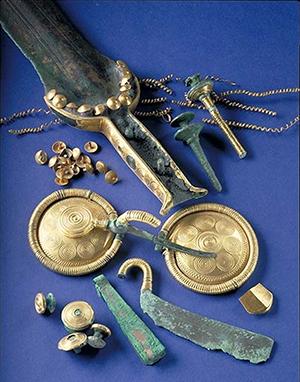 Foto på utgrävningsfynd i guld och brons