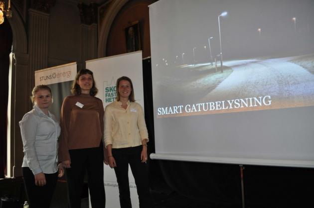 Tre studenter presenterar sitt arbete