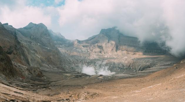 Vulkankrater med rök. Foto.