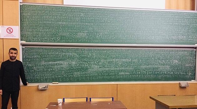 Nima Akbarian framför tavlan där han skrivit 3 141 decimaler av talet pi.
