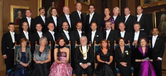Här är alla 27 nya professorer, med rektor Anders Hallberg i mitten.