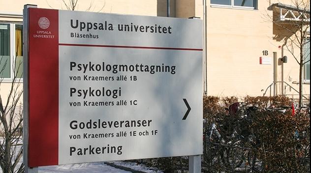Fotografi på skylt vid institutionen för psykologi.