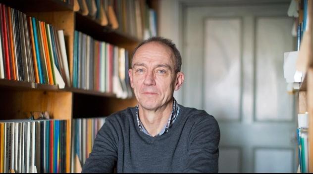 Personporträtt på professor Torsten Svensson i sitt tjänsterum.