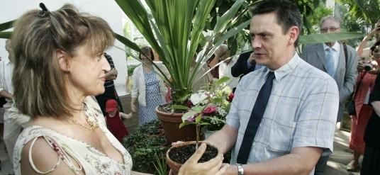 Mats Block, t h, överlämnar en växt till Eleni Maloupa, Balkan Botanic Gardens.