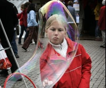 Anna Bohlin gör såpbubblor på Kunskapsmarknaden.