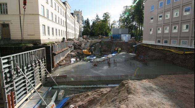 Fotografi på byggarbetsplats med gjutna grunder klara.