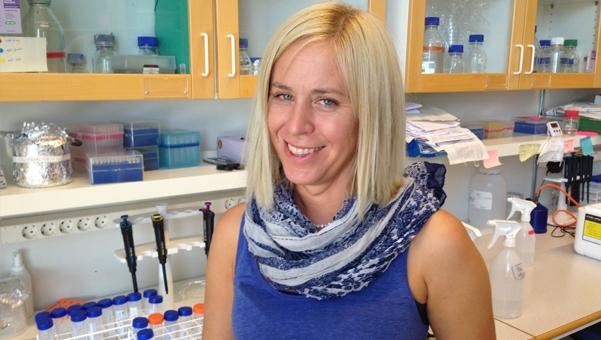 Biokemisten Ylva Ivarsson i labbmiljö