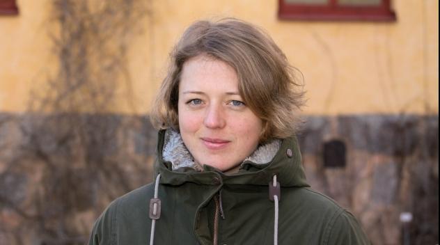 Personporträtt på Maja Bodin fotograferat utomhus.