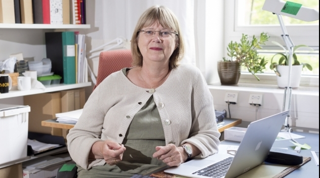 Porträtt på Kerstin Rydbeck fotograferat i hennes tjänsterum.