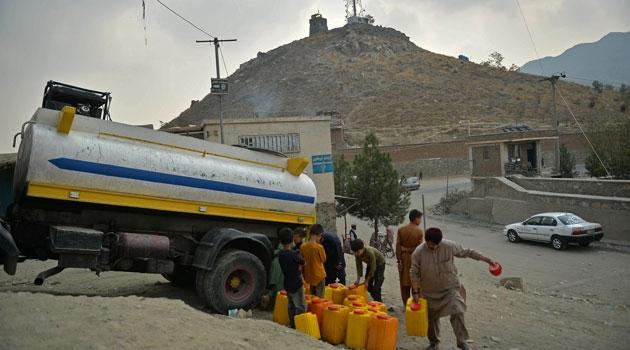 Människor hämtar dricksvatten från ett tankfartyg i Kabul den 1 oktober 2021.