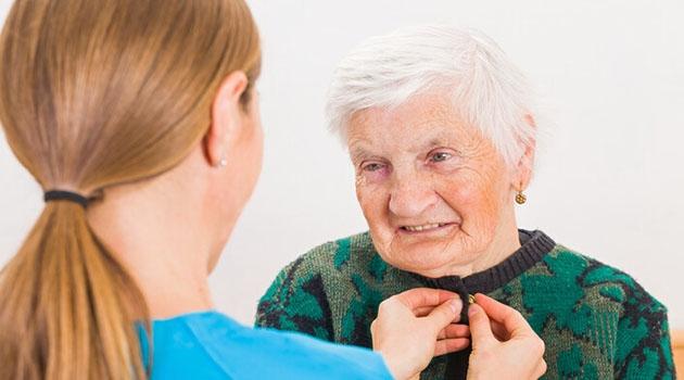 Dement äldre kvinna