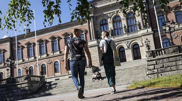 Studenter på väg till Universitetshuset