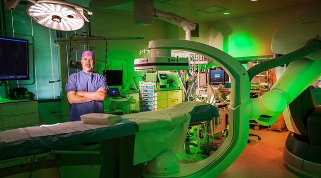 Anders Wanhainen i operationssal på Akademiska sjukhuset.