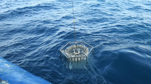 En samling prover dras upp ut havet.