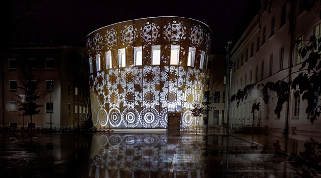 Fotografi på Humanistiska teatern fotograferat på kvällen utifrån.