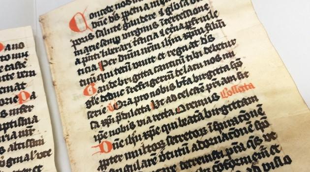 medeltida handskrift på pergament präntad i rött och svart