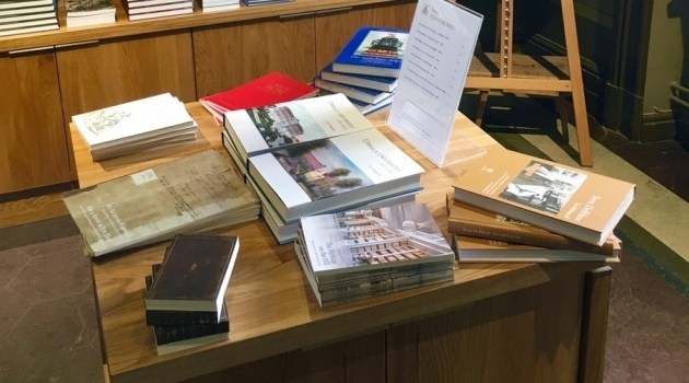 böcker i högar på ett bord