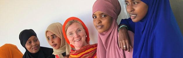 Birgitta Essén omgiven av en grupp somaliska kvinnor.