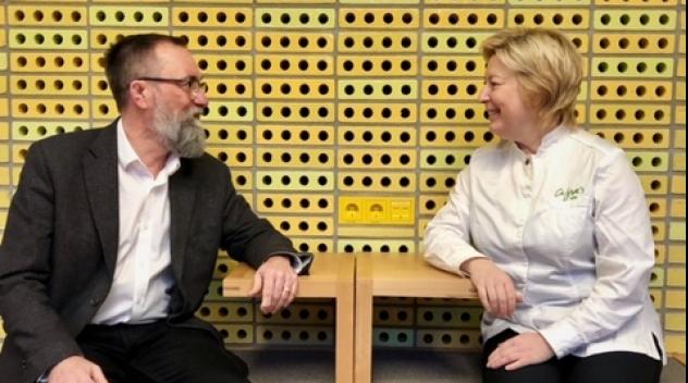 Överbibliotekarie Lars Burman och Cajsa Johansson i Carolina Redivivas café.